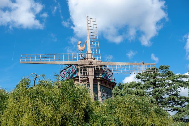 Aleta de tempo no fundo velho do céu azul do quarto do moinho de vento foto de stock