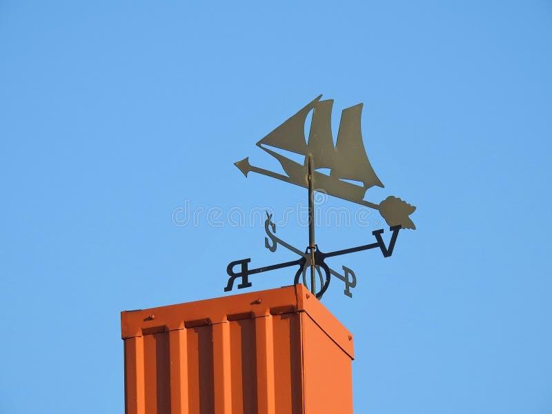 Aleta de tempo preta no telhado home, Lituânia imagem de stock
