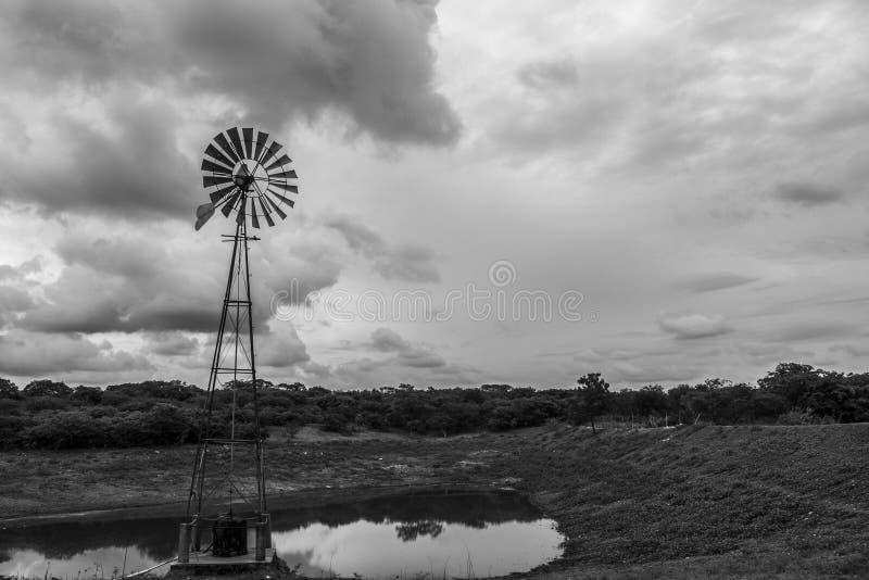 Aleta de vento na exploração agrícola foto de stock