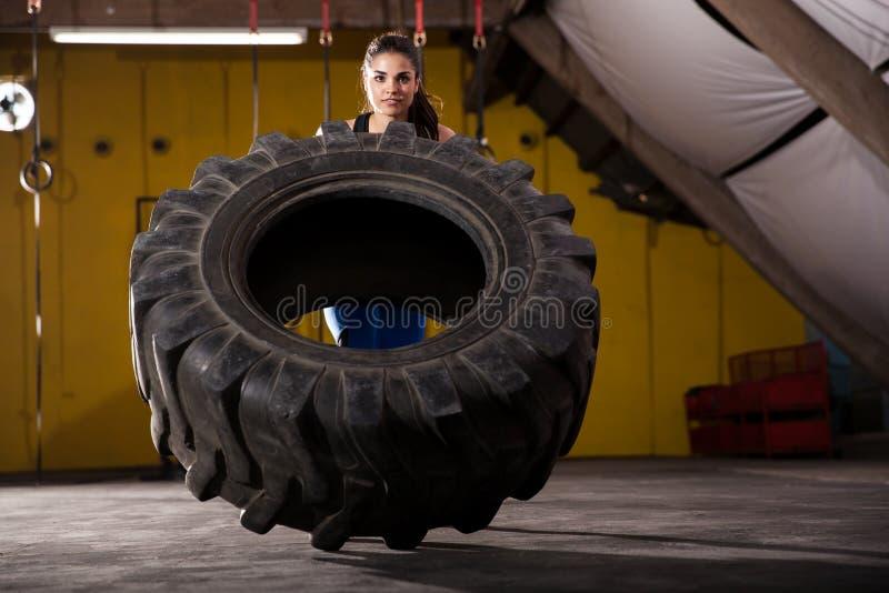 Aleta do pneu em um gym fotografia de stock royalty free