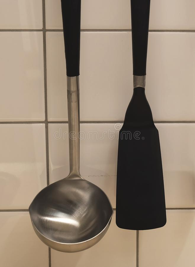 Aleta e concha da cozinha que penduram na parede imagem de stock royalty free