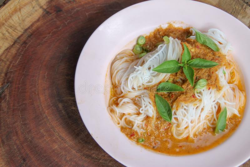 A aletria tailandesa fervida do arroz, comido geralmente com surra e vegetal imagens de stock