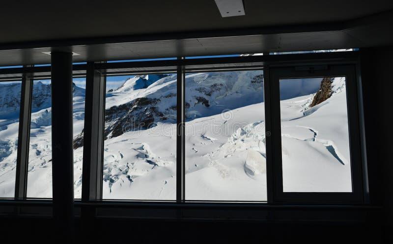 Aletsch冰川惊人视图从窗口的 免版税库存照片