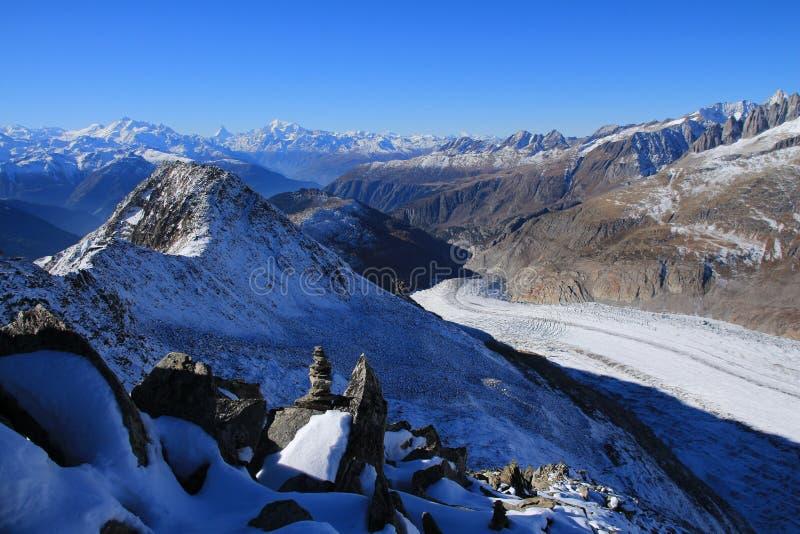 Aletsch glaciär och avlägsen sikt av Matterhornen, Weisshorn och andra höga berg arkivfoton