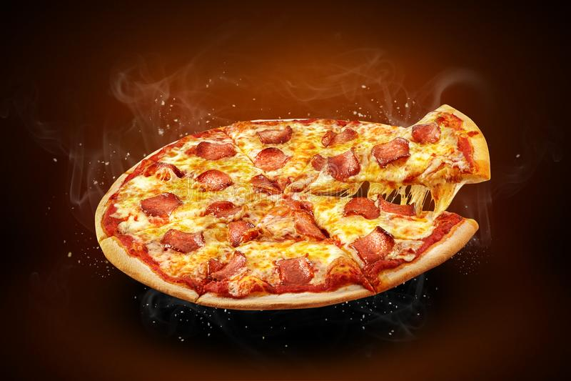 Aletta di filatoio e manifesto promozionali di concetto per il menu della pizzeria con le merguez della pizza di gusto, il formag immagini stock