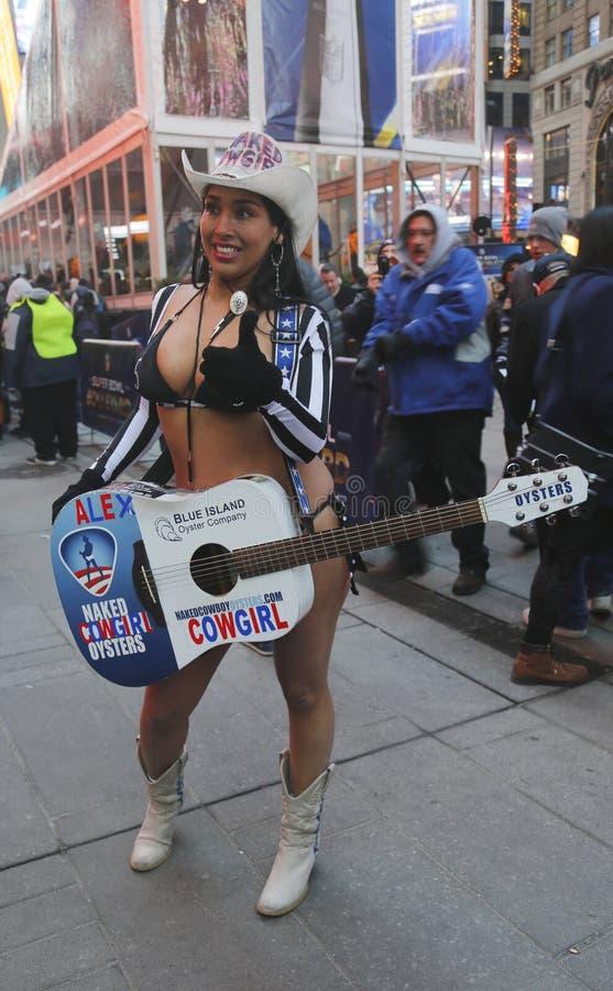 Alex, de Naakte Veedrijfster, onderhoudt de menigte in Times Square tijdens de week van Super Bowl XLVIII in Manhattan stock fotografie