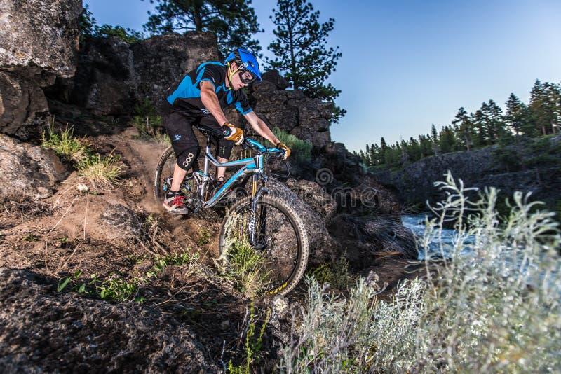 Alex Grediagin reitet die Deschutes-Fluss-Spur stockfotos
