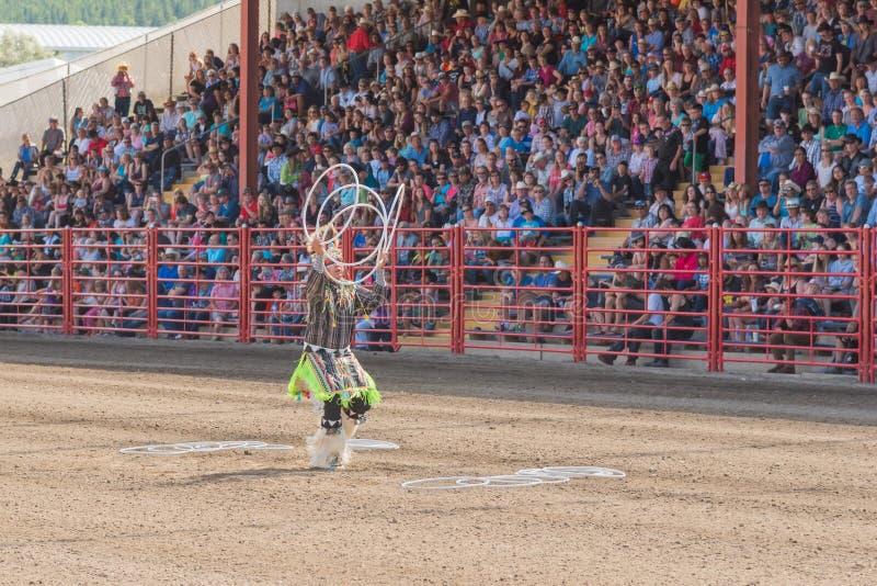 Alex Wells executa a dança da aro em Williams Lake Stampede imagem de stock royalty free