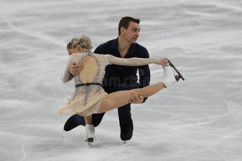 Alexa Scimeca Knierim en Chris Knierim van de Verenigde Staten presteren in het Team Event Pair Skating Short-Programma stock foto