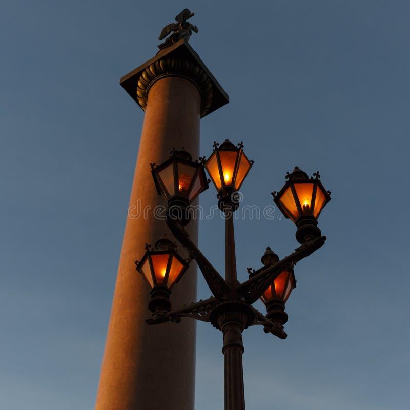 Alexander Column e lanterna elétrica de trabalho no quadrado do palácio em St Petersburg Rússia fotos de stock