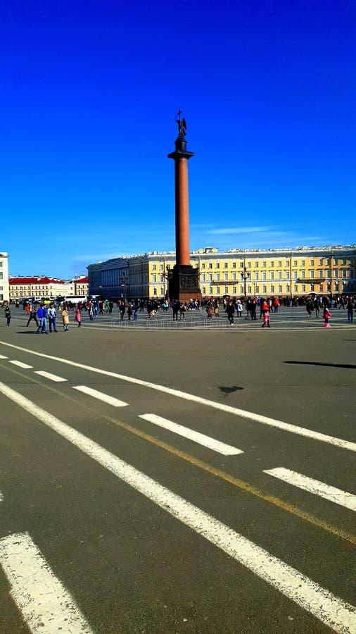 Alexander Column en soleil St Petersburg image stock