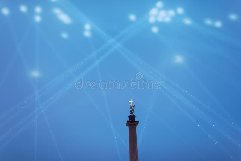 Alexander Column en St Petersburg, Rusia, en rayos de la iluminación festiva fotografía de archivo libre de regalías