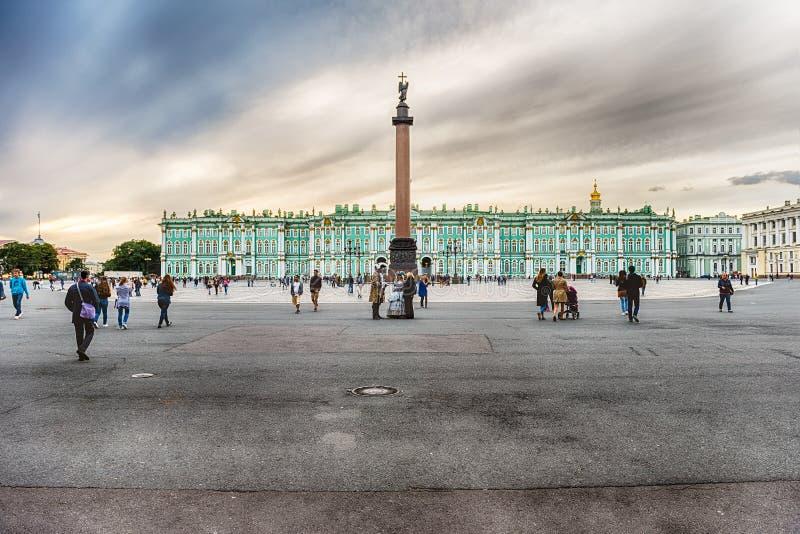 Alexander Column et palais d'hiver à St Petersburg, Russie photographie stock