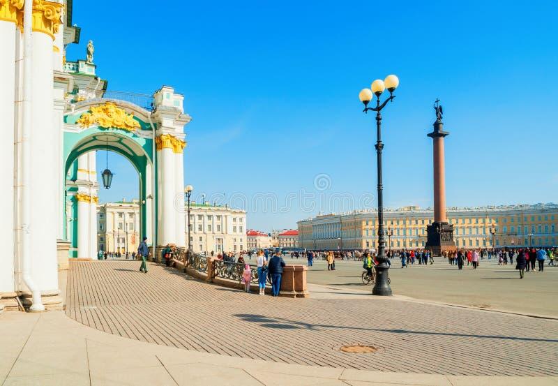 Alexander Column et palais d'hiver d'ermitage sur la place et les touristes de palais marchant le long St Petersburg, Russie photo libre de droits