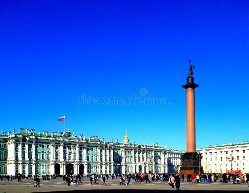 Alexander Column y la ermita en la sol St Petersburg imagen de archivo