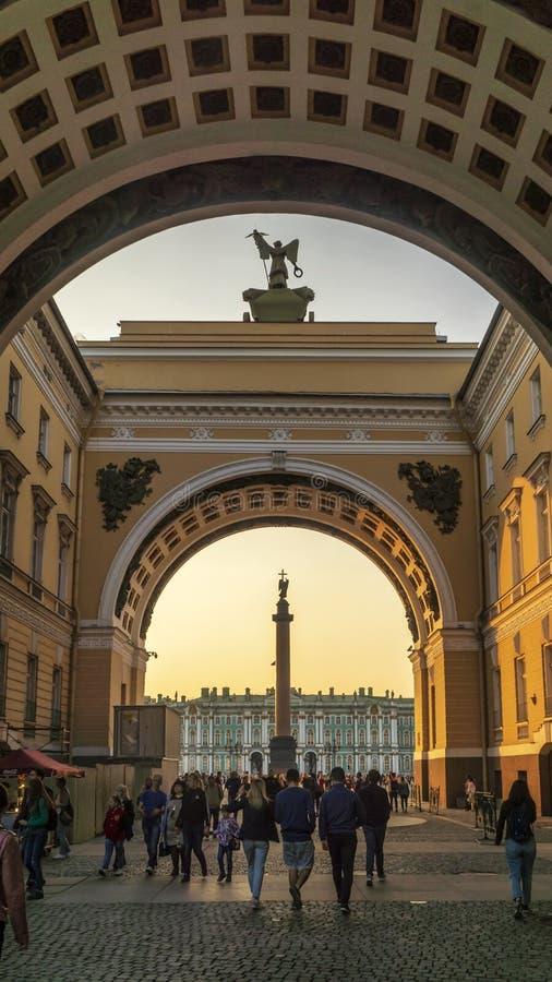 Alexander Column y palacio del invierno a través del arche del edificio del estado mayor general foto de archivo