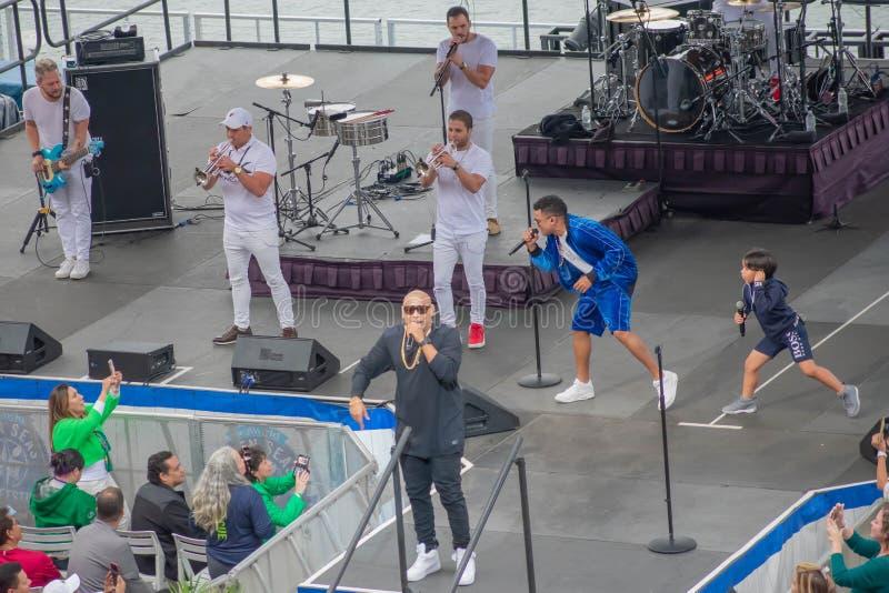 Alexander Delgado chante, alors que ses danses de fils avec Randy Malcom par Gente de Zona chez Seaworld dans la r?gion internati image stock
