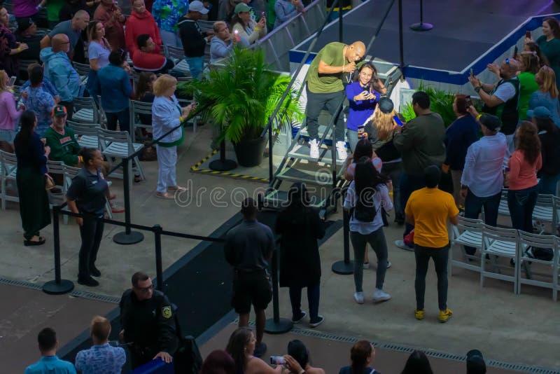 Alexander Delgado de Gente de Zona al lado de la muchacha que toma un selfie en Seaworld en ?rea internacional de la impulsi?n imágenes de archivo libres de regalías