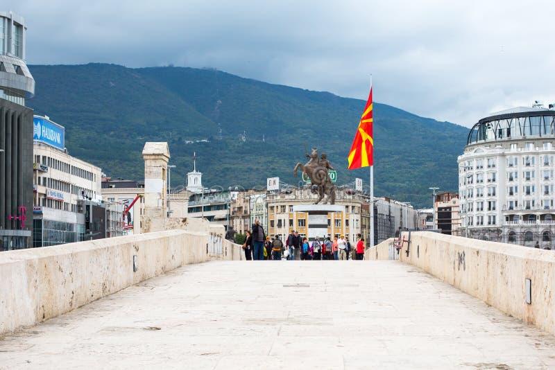 Alexander den stora statyn, Macedonian flagga och fotografering för bildbyråer