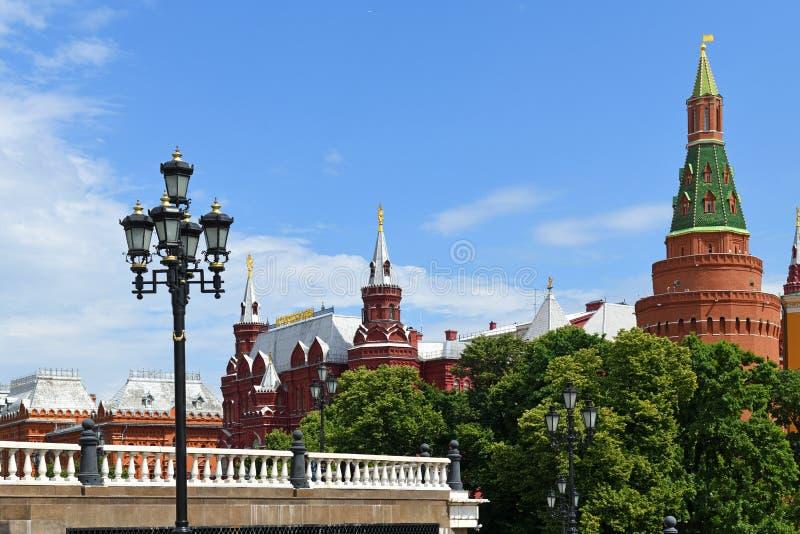 Alexander Garden e o quadrado de Manege são ambos perto do Kremlin e são grandes lugares a ir para uma caminhada Moscovo, R?ssia foto de stock royalty free