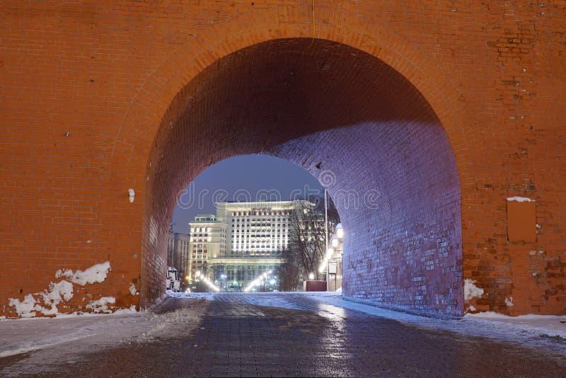 Alexander Gardens och Troitskaya tornKreml arkivfoton
