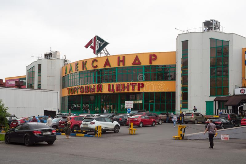 Alexander Land shoppinggalleria, folk och bil som parkerar 24 07 2018 arkivfoton