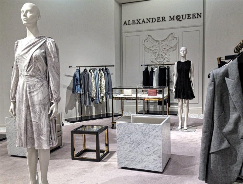 Alexander McQueen-Aufkleberfrauen ` s Kleiderraum bei Saks Fifth Avenue in Toronto lizenzfreie stockfotografie