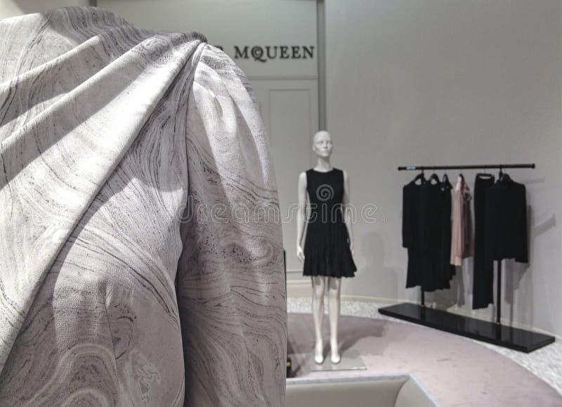 Alexander McQueen-Aufkleberfrauen ` s Kleiderraum bei Saks Fifth Avenue in Toronto stockfoto