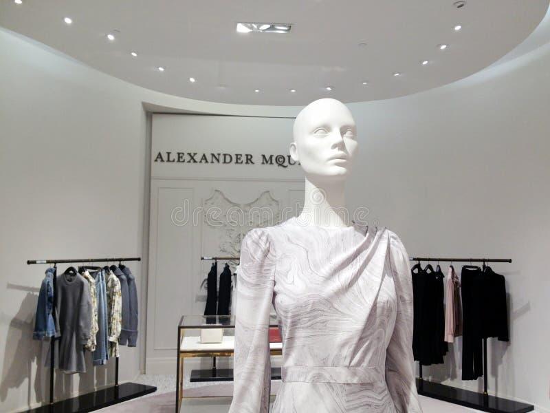 Alexander McQueen-Marmordruckkleid auf Anzeige bei Saks Fifth Avenue in Toronto lizenzfreie stockbilder