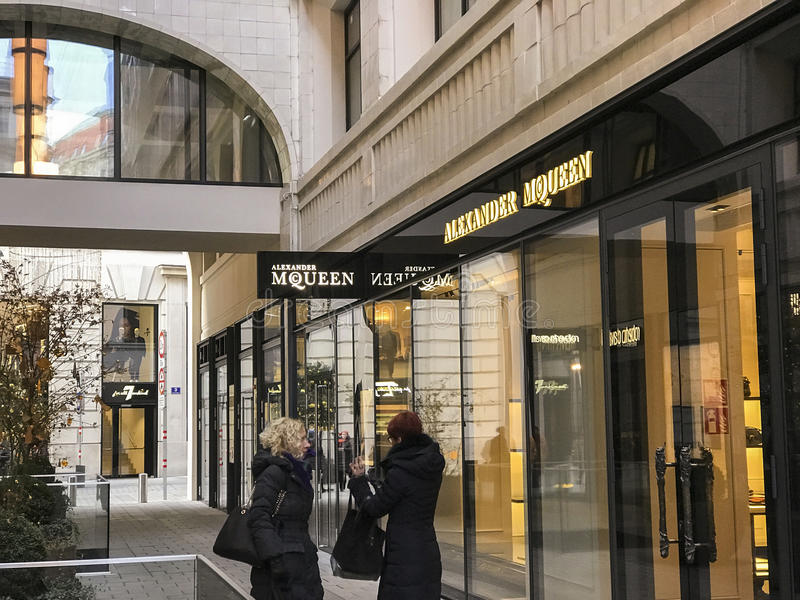 Alexander McQueen shoppar framdelen arkivbild