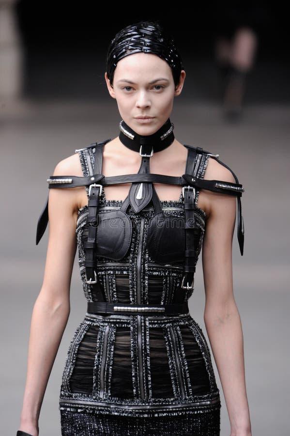 alexander mode mcqueen den paris veckan arkivbild