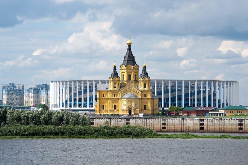 Alexander Nevsky Church no fundo do estádio construído para o campeonato do mundo Rússia, Nizhny Novgorod, o 22 de julho de 2018 foto de stock royalty free
