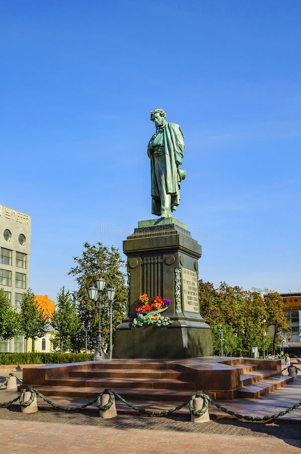 Alexander Pushkin è un monumento bronzeo al grande poeta russo Quadrato di Pushkin Mosca, Russia fotografia stock libera da diritti