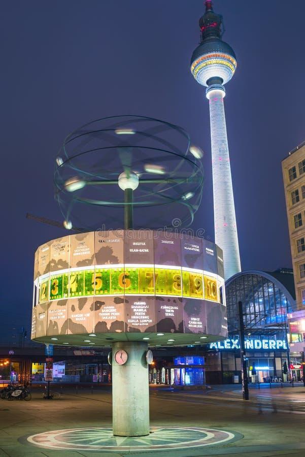 Alexanderplatz на ноче в Берлине стоковая фотография rf