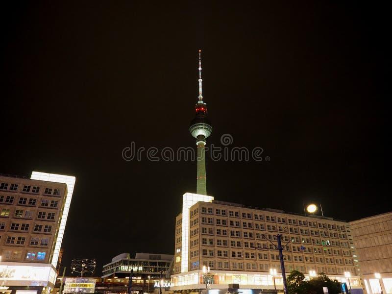 Alexanderplatz a Berlino alla notte immagine stock