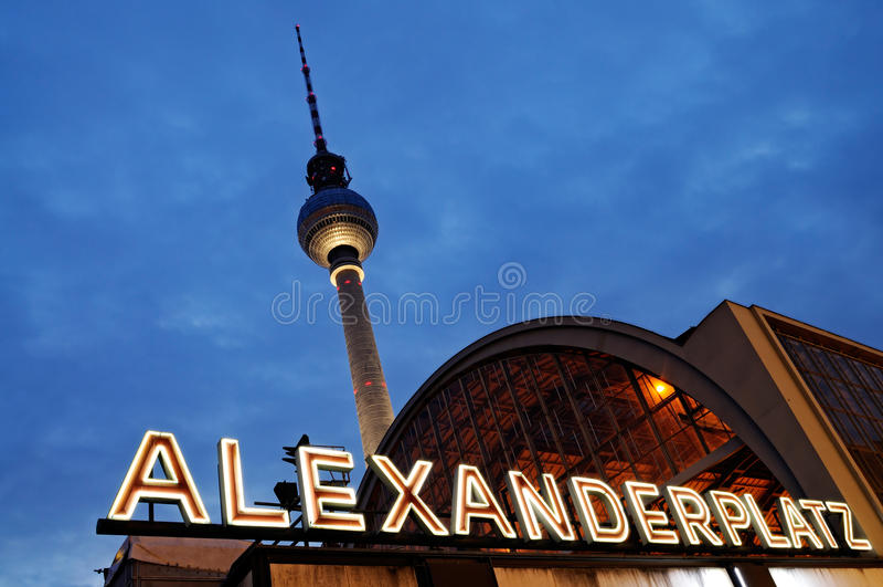 Alexanderplatz entro la notte, Berlino, fotografia stock