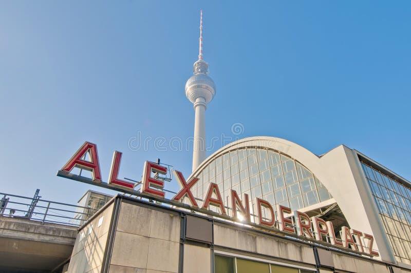 Alexanderplatz på det centrala Mitte området av Berlin arkivfoton