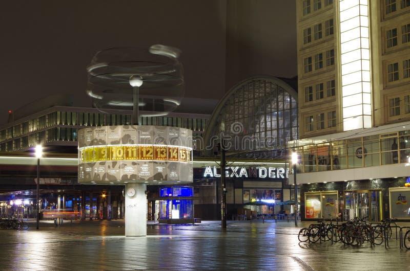 Alexanderplatz y reloj de hora mundial en Berlín en la noche imagenes de archivo