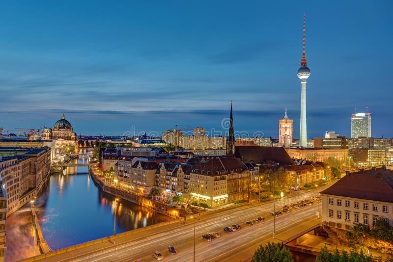 Alexanderplatzen i Berlin på natten arkivbilder