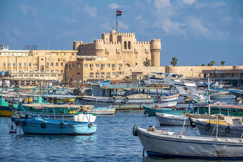 16 11 2018 Alexandría, Egipto, visión desde la costa de la ciudad en un fuerte militar antiguo imagen de archivo