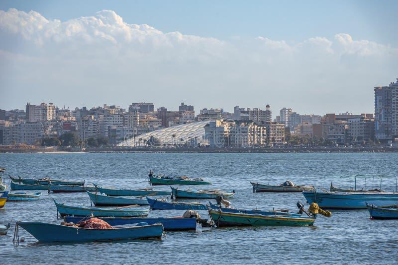 16 11 2018 Alexandría, Egipto, visión desde la orilla del mar de la ciudad a la biblioteca nacional moderna imagen de archivo