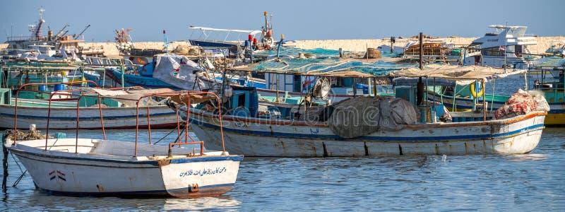 16 11 2018 Alexandría, Egipto, visión desde la orilla del mar de la ciudad en los barcos tradicionales para pescar imagen de archivo libre de regalías
