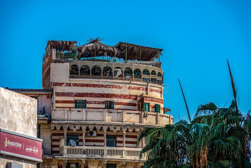 11 16 2018 Alexandría, Egipto, vista de un edificio viejo y abandonado en el centro de Alexandría contra la perspectiva de un s a fotografía de archivo libre de regalías