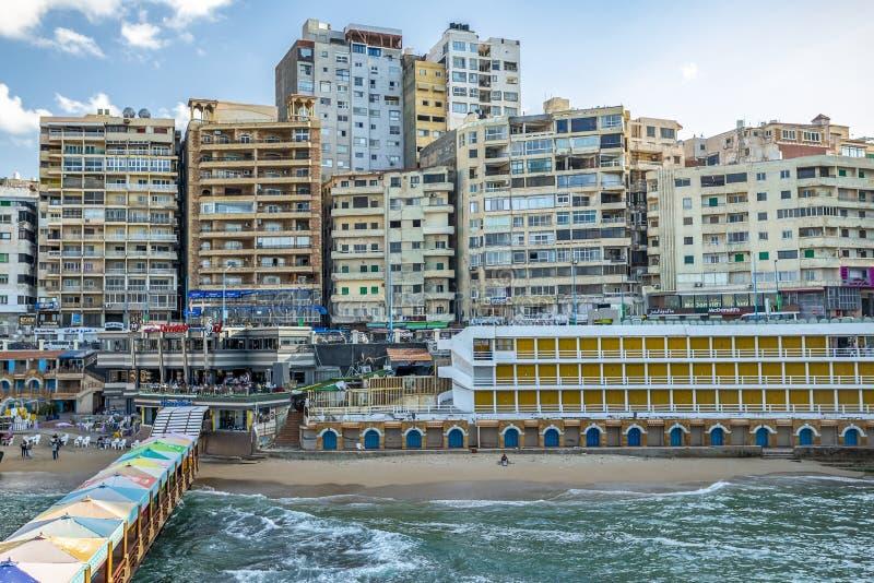17/11/2018 Alexandría, Egipto, vista del terraplén de la ciudad antigua en la costa mediterránea imágenes de archivo libres de regalías