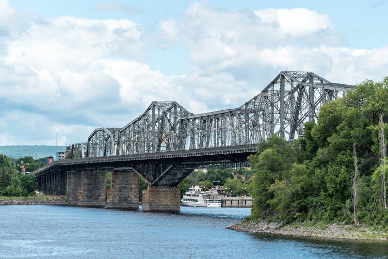 Alexandra Bridge over de Rivier van Ottawa stock afbeelding