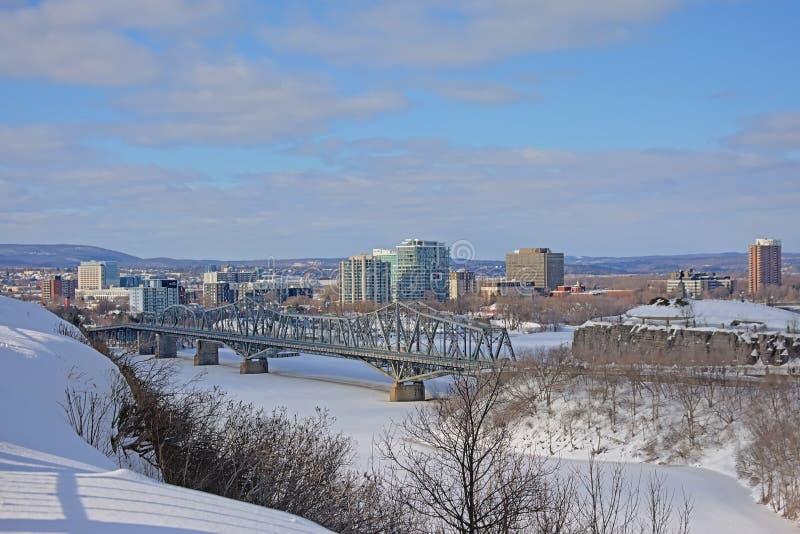Alexandra Międzydzielnicowy most nad zamarzniętą Ottawa rzeką na zima dniu z śniegiem obrazy royalty free