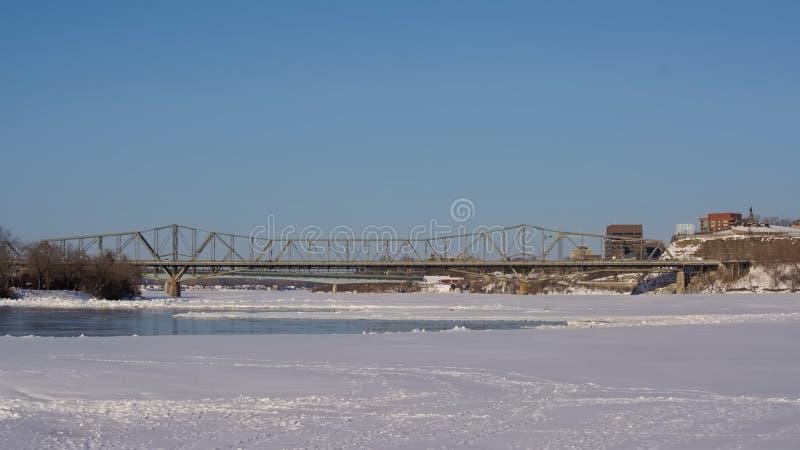 Alexandrabridge和Nepean点的Frozen Ottawa河 图库摄影