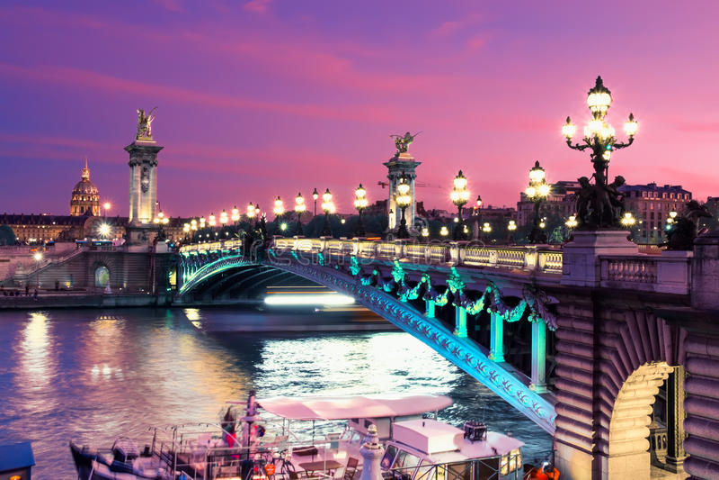 Alexandre Bridge à Paris la nuit photo libre de droits