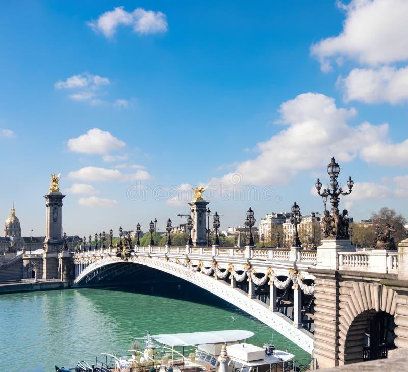 Alexandre Bridge à Paris un matin ensoleillé lumineux, panorama photographie stock
