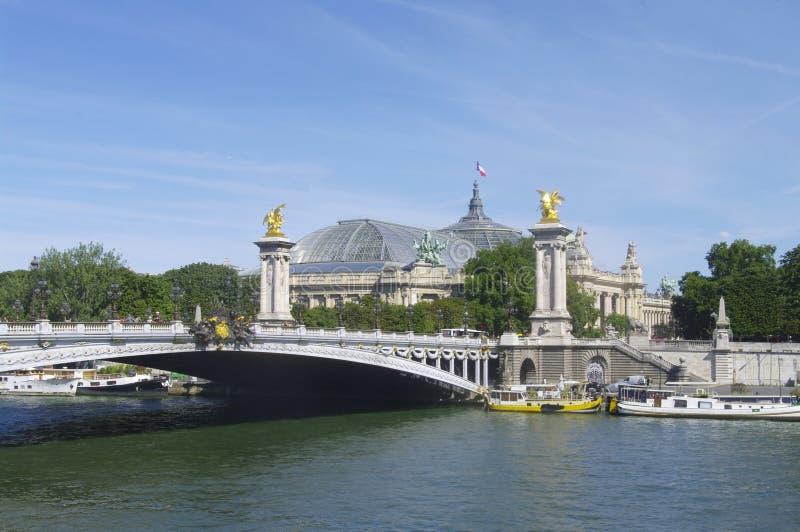Alexandre III bro och den storslagna Palaisen i Paris royaltyfri fotografi